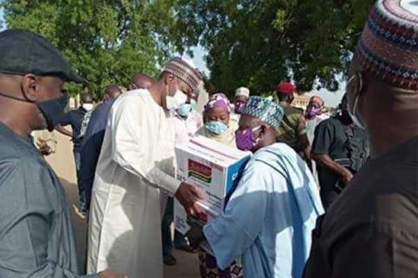 Picture-shows-Governor-Babagana-Zulum-distributing-palliatives-in-Jere-LGA-of-Borno-State